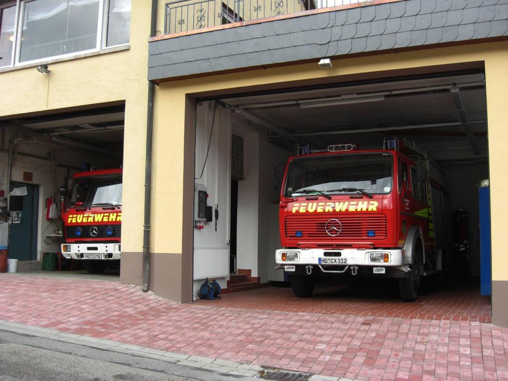 Die beiden Fahrzeuge der Feuerwehr Altneudorf in der Fahrzeughalle.